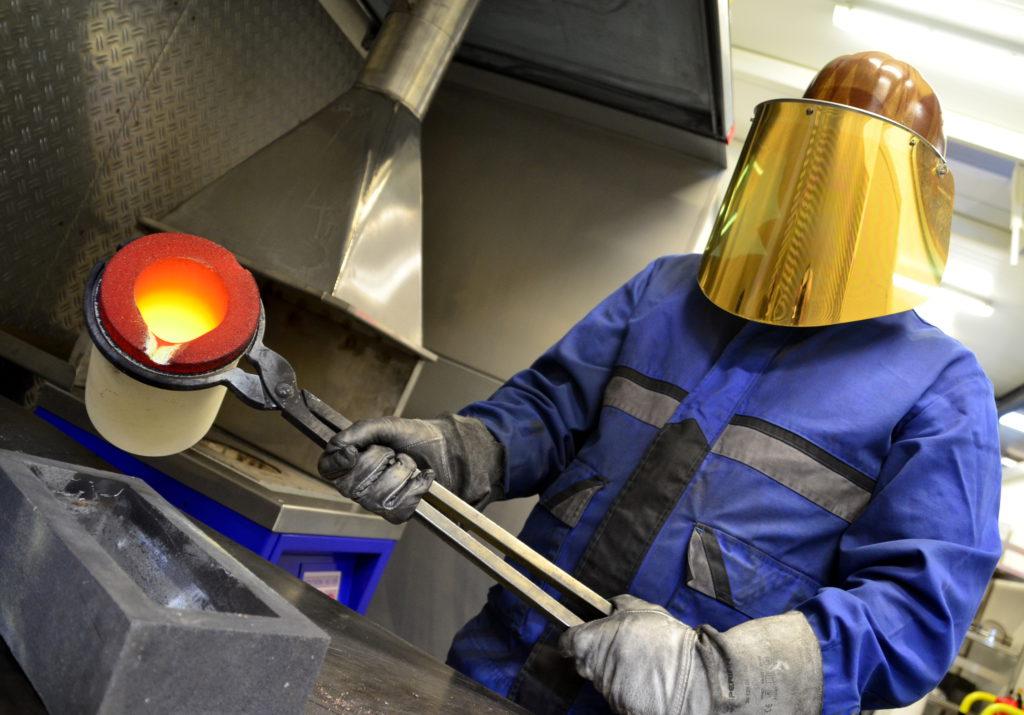 Ein Foto mit Symbolcharakter: In der Firma Nobra GmbH werden durch Edelmetall-Recycling aus industriellen Rückständen wertvolle Stoffe für eine erneute Verwendung zugänglich gemacht. Unternehmen-Tour von Landrat Peter Heimrich. Nobra GmbH Rippershausen.